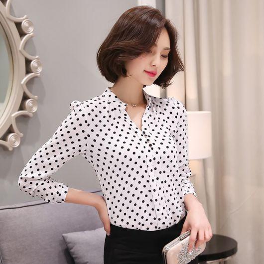 86649dc176 modelo veste blusa branca com bolinhas pretas manga longa com calça preta e  clutch prata.