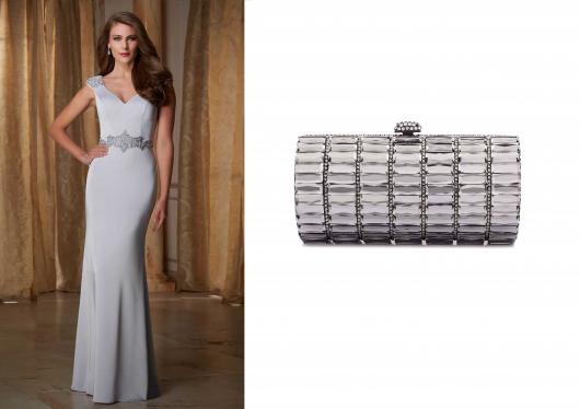 Modelo com vestido cinza longo em tom claro e bolsa com detalhes em cinza chumbo.