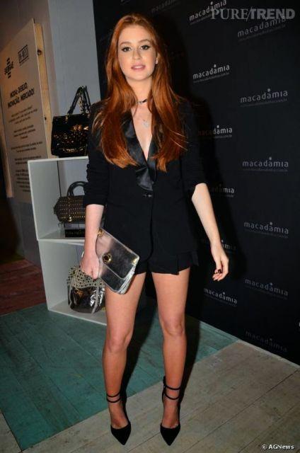 Marina Ruy Barbosa usa look com bolsa prata ebermuda e blazer preto com sapato scarpin no mesmo tom.