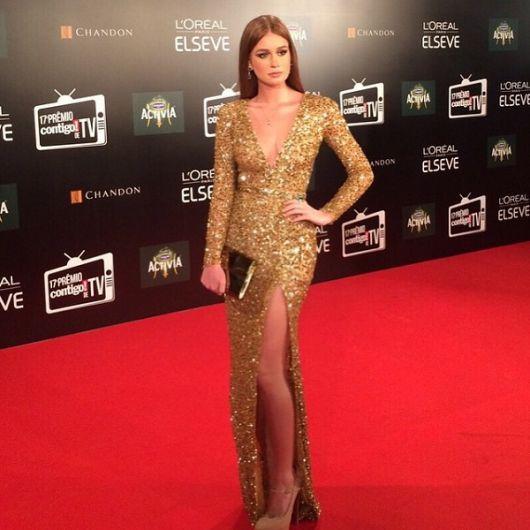 0b33fc595 Marina Ruy Barbosa com vestido de pedrarias dourado e bolsa clutch lisa.