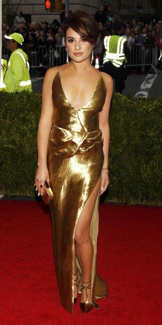 modelo usa vestido dourado cintilante.