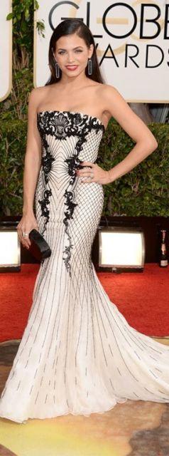 Jenna dewan usa bolsa preta de festa e vestido branco com preto de bordados.