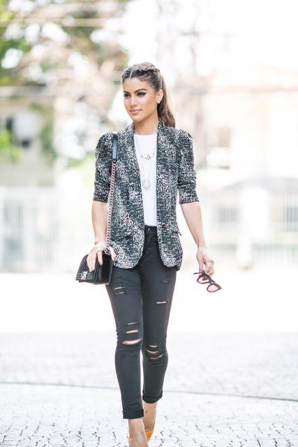 Camila coelho usa calça preta jeans, blusa branca e blazer cinza estampado com bolsa preta.