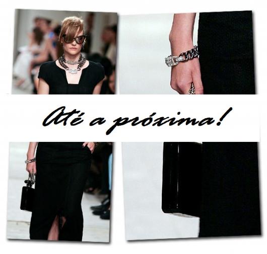 Imagem final do post com mulher desfilando na passarela look preto com clutch no mesmo tom.