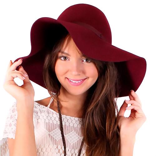modelo usa blusa branca de renda com chapeu floppy vermelho vinho.