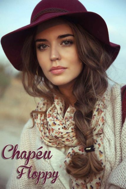 modelo usa chapeu floopy com blusa nude e cachecol floral.