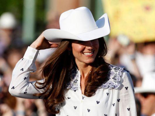 modelo usa camisa branca e chapéu branco.