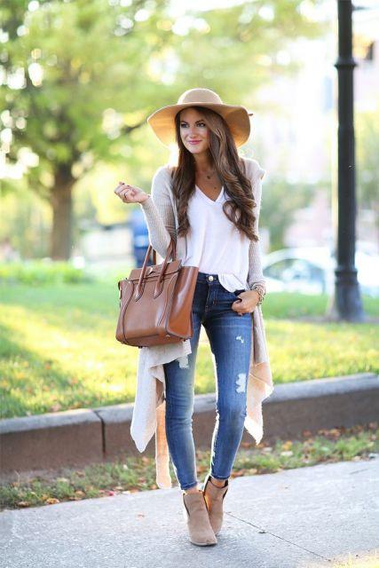 modelo usa calça jeans, blusa branca, sobreposição, chapéu e bolsa. caramelo