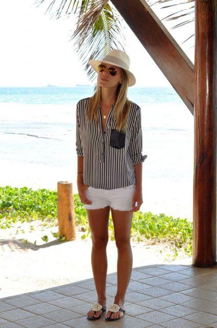 modelo usa camisa listrada, short curto, chinelo e chapéu panamá.