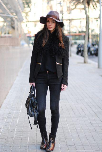 modelo usa calça jeans, blazer, bolsa e chapéu todas peças na cor preta.
