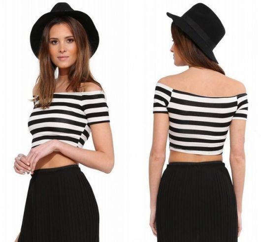 Modelo veste cropped preto e branco com listras horizontais, modelagem ombro a ombro.