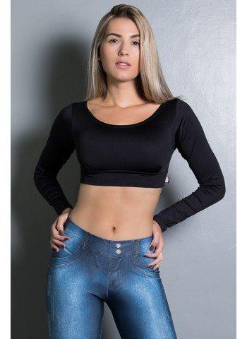 Modelo usa cropped preto com calça jeans e cabelo solto.