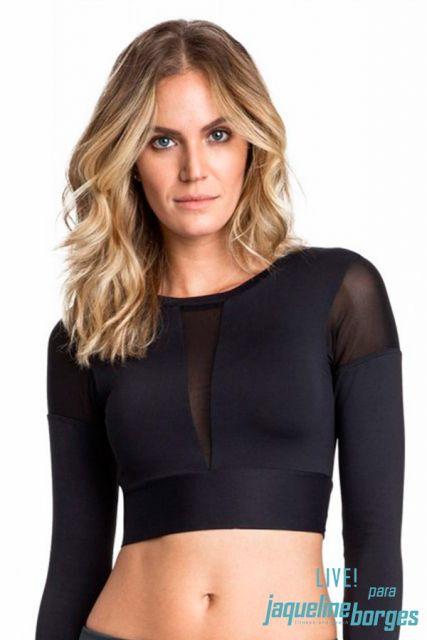 modelo veste cropped preto com transparencias.