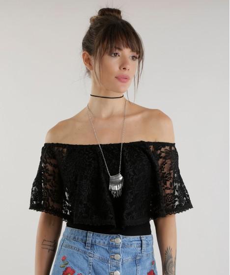 modelo veste jeans, colar de prata e cropped ombro a ombro.