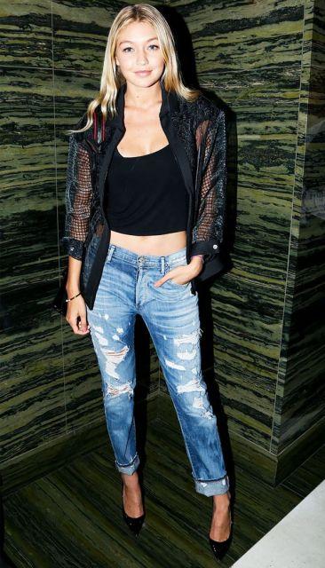modelo veste calça jeans, blusa, jaqueta e sapato preto.