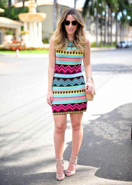 modelo usa vestido estampa etnica, com sapato e bolsa em cor nude.