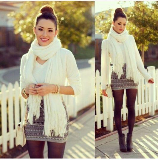 modelo veste saia cinza estampada, blusa branca e cachecol na mesma cor.