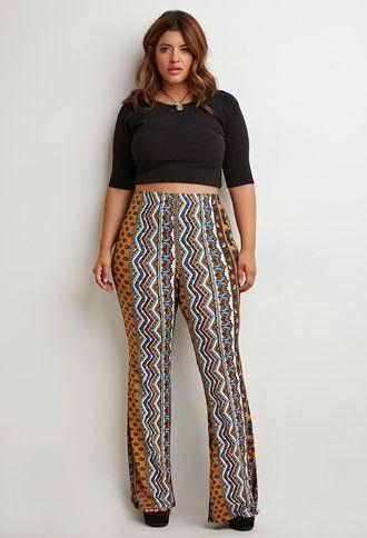 modelo usa calça estampa vertical em tons terrosos, com blusa preta e sapato no mesmo tom.