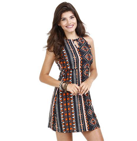 modelo usa vestido marrom com estampa étnica.