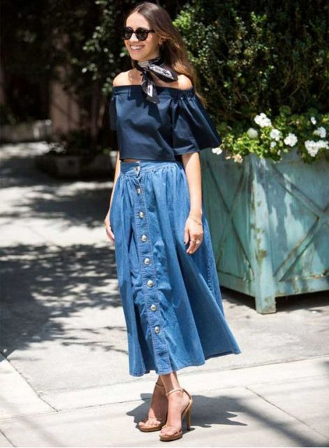 modelo veste saia jeans longa, blusa cropped azul, sandalia nude e lenço preto.