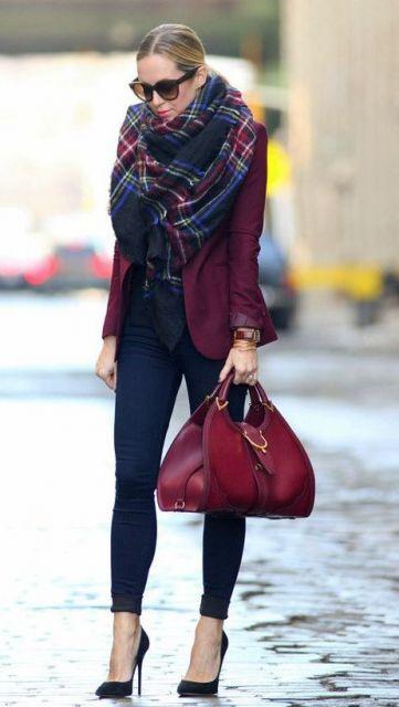 modelo veste blazer bordo, calça skinny jeans, salto e lenço bordô com azul escuro.