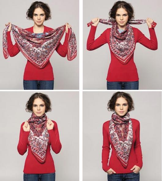Foto com modelo de lenço estampado e blusa vermelha.