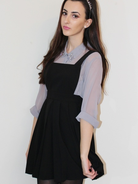 Modelo veste salopete combinada com blusa em textura roxo fluido.