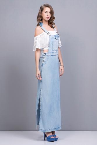 Modelo usa blusa ciganinha branca, salopete longa azul em jeans com sandalia meia pata azul royal.