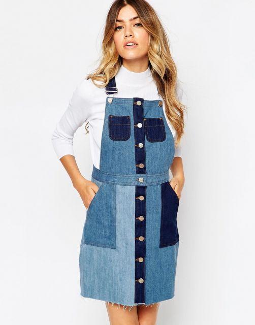Modelo usa salopete com detalhes de bolsos em diferentes lavagens de jeans.