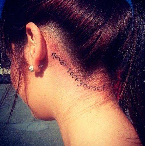Modelo com tatuagem em inglês, never lose yourself.