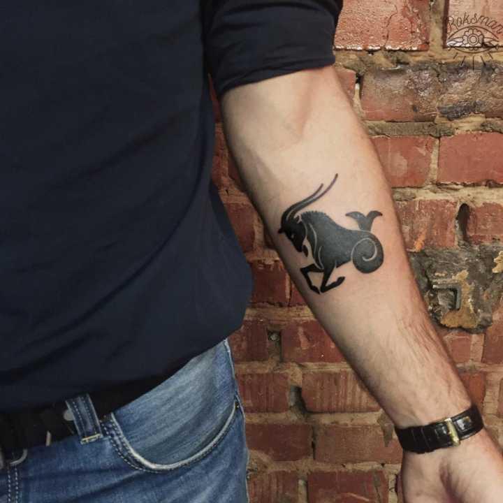tatuagem do símbolo de capricórnio no braço