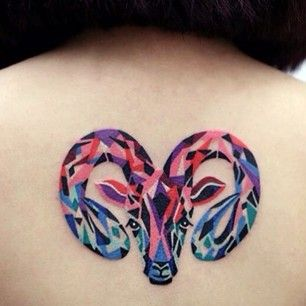 tatuagem de signo de áries de cabeça de carneiro colorida