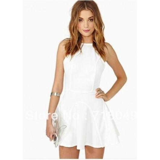 Modelo usa vestido branco curtinho, social, decote fechado.
