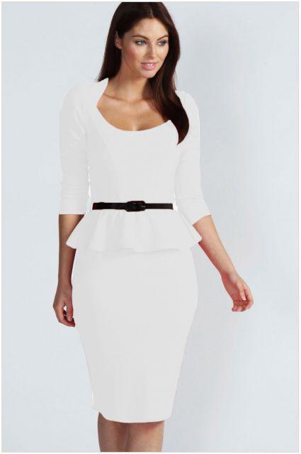 Modelo usa vestido branco detalhes frazindos.