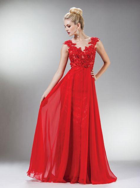 6a5567eeb Modelo usa vestido longo social com detalhes de renda no busto.