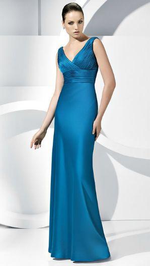 Modelo usa vestido azul de cetim, com decote em v, estilo sereia acinturado.