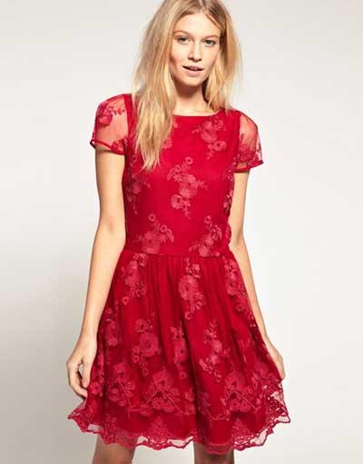 Modelo usa vestido vermelho, social,manguinhas com transparencias e modelo rodado.