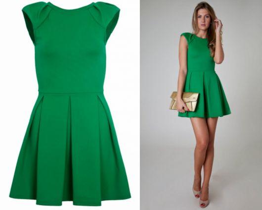 Modelo usa vestido verde social, bolsa clutch dourada e sapato nude.