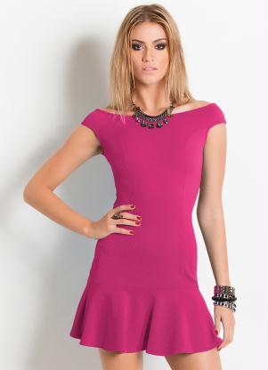 Modelo veste vestido social rosa ombro a ombro com acessorios em tom de preto.