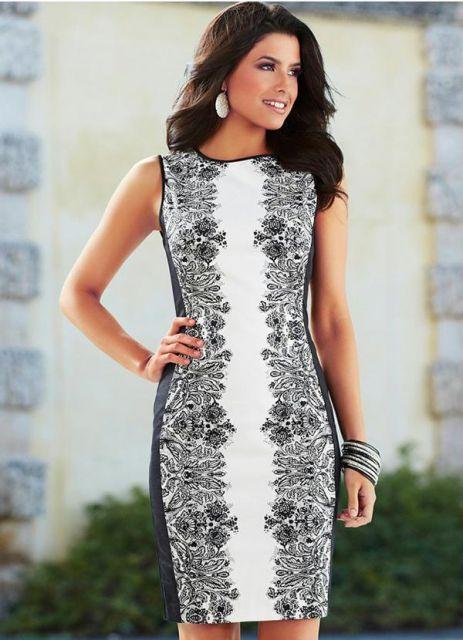 Modelo usa vestido branco com detalhe de estampa preta.