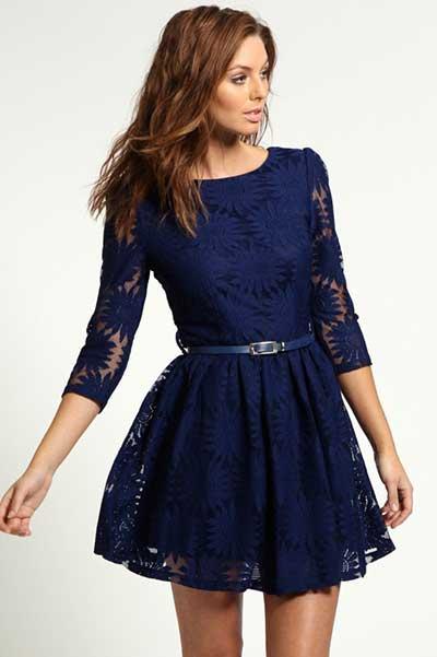 Modelo usa vestido rodado social, azul com detalhes em renda.