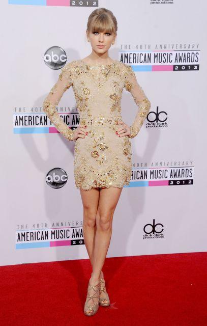 Taylor Swift usa modelo de vestido nude, com brilhos e sapato no mesmo tom.