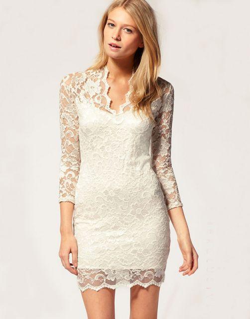 Look com vestido branco de renda, com mangas em transparencias.