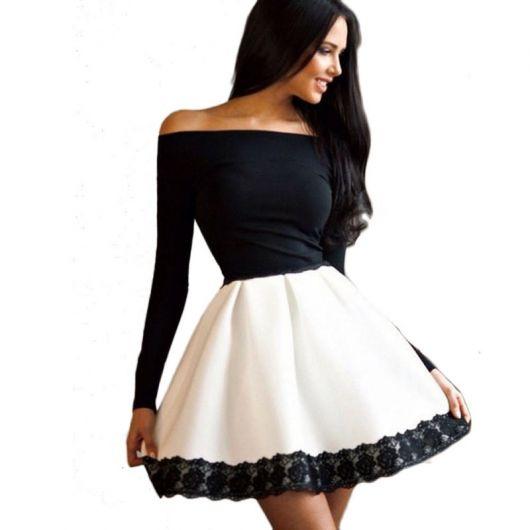 Look com vestido em tom preto e branco, modelo ombro a ombro.