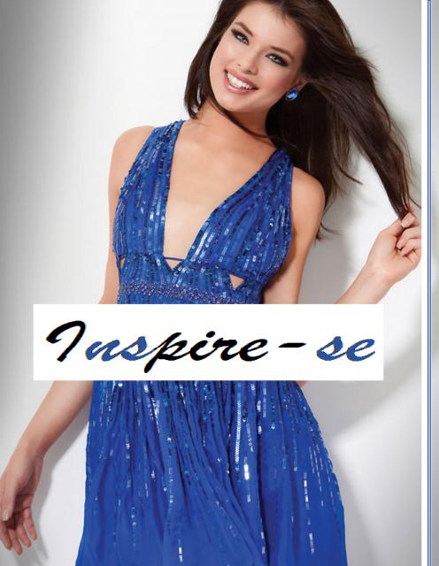 Modelo veste vestido azul social com brilhos e decote.