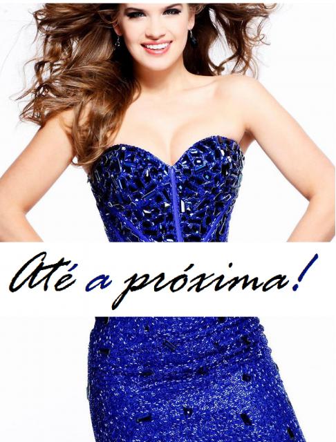 """Ilustração final do post com modelo de vestido social azul ao fundo e escrita """"até a próxima""""!"""