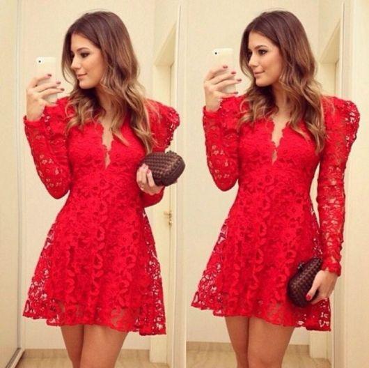 modelo usa vestido vermelho de renda curto, com bolsa clutch bordô.