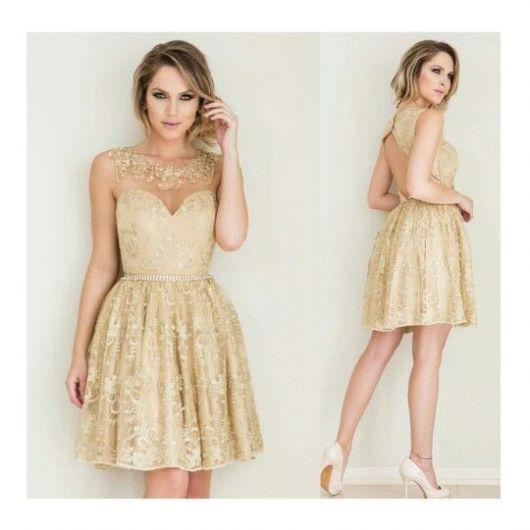 modelo veste vestido dorado rodado com cabelos semi preso e sapato cor gelo.