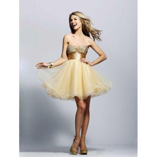 modelo usa vestido godê com sapato marrom.
