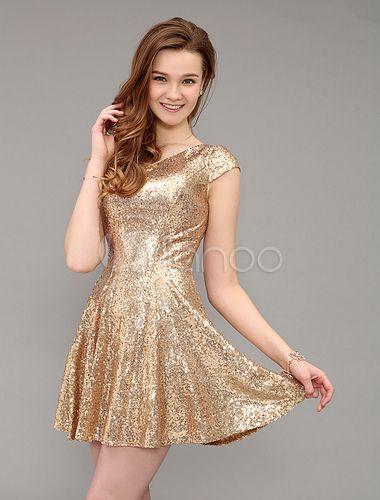 Modelo veste vestido dourado com brilhos e cabelos soltos.